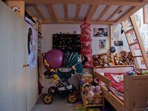 Pod vestavěné patro se vešla nejen dětská postel, ale také několik skříní