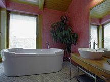 V koupelně rodičů byly použity mozaiky a benátský štuk, který svým zemitým charakterem koresponduje s přírodními materiály