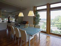 Rohová jídelna má výhled velkými okny na sever na město i na východní stranu do zahrady