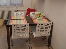 Jídelní stůl stojí nyní hned u zdi