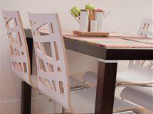 Židle z ohýbané překližky ladí se světlou podlahou
