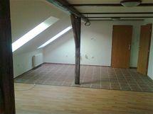 Tři varianty obývací kuchyně v podkrovním bytě