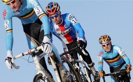 Zdeněk Štybar (uprostřed) na trati mezi belgickými závodníky Svenem Vantornoutem (vlevo) a Bartem Aernoutsem