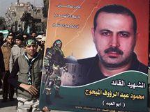 Palestinci nesou portrét zavražděného obchodníka Hamasu Mahmúda Mabhúha.
