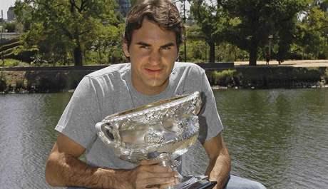 Roger Federer pózuje s trofejí pro šampiona Australian Open 2010