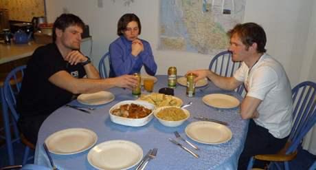 Zleva: trenér Jindřich Šikola, Veronika Vítková a Michal Šlesingr na večeři u krajanů ve Vancouveru