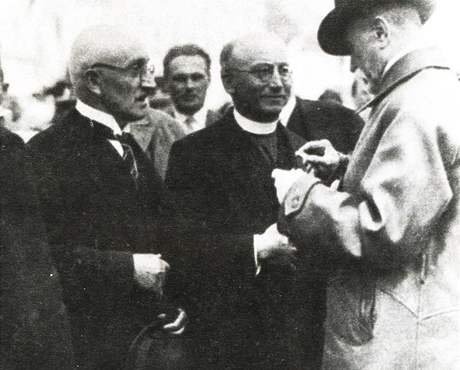 Jakub Deml při setkání s T. G. Masarykem, vlevo (s kloboukem v ruce) básník Otokar Březina