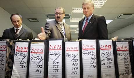 Ústav pro studium totalitních režimů -  jeho ředitel Pavel Žáček a premiér Mirek Topolánek při prohlídce ÚSTR; Praha, 4. dubna 2008