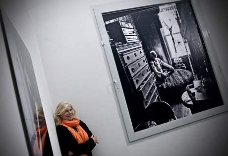 Julia Calfee pózuje na své výstavě v pražském DOXu