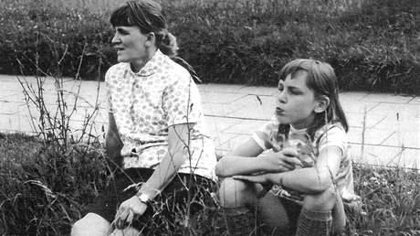 Vlasta Tesařová s dcerou Barborou v červnu 1970 před odchodem do vězení