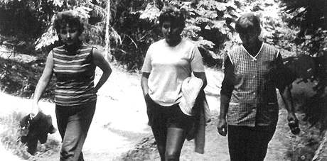 Vlasta Tesařová (vpravo) se spoluvězenkyní Annou Koutnou (uprostřed) v červenci 1971