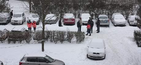 Tělo mrtvého  muže za volantem našli lidé na Klatovské ulici