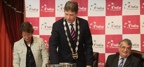 Brněnský primátor Roman Onderka (uprostřed) vylosoval hráčky, které se spolu utkají na Fed Cupu