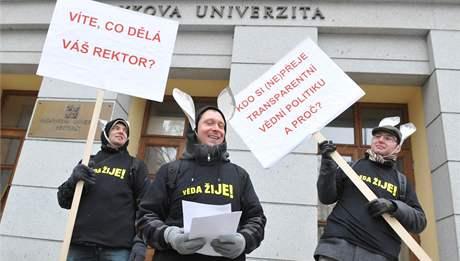 Členové občanského sdružení Věda žije! rozdávali před budovami Masarykovy univerzity v Brně otevřený dopis rektorovi Petru Fialovi.