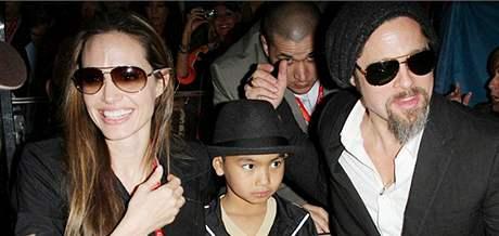 Brad Pitt s Angelinou Jolie a se synem Maddoxem na finále Super Bowlu.
