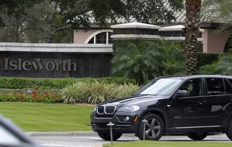 Automobil před exkluzivní rezidencí Isleworth ve Widermere na Floridě, kde bydlí Tiger Woods.