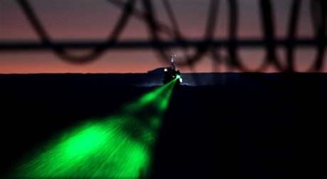 Ekologičtí aktivisté se silnými lasery snaží oslepit posádku japonských velrybářů (6. února 2010)