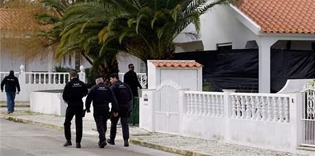 Portugalští policisté prohledávají okolí domu, kde našli půl tuny výbušnit organizace ETA (6. února 2010)