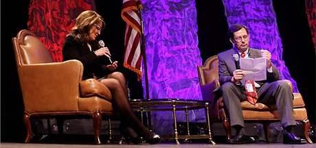 Sarah Palinová při interviewu čte z poznámek na dlani
