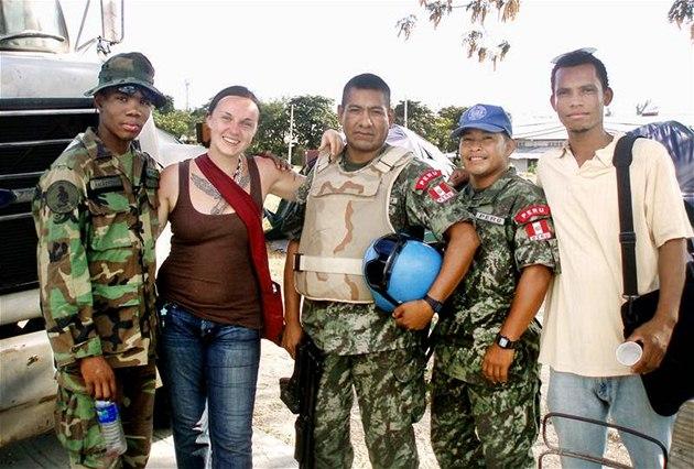 """Lenka Hellerová s peruánskými """"modrými p�ilbami"""" - vojáky OSN."""