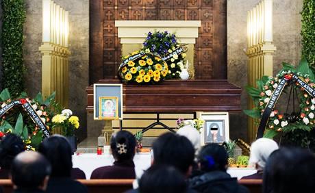 Pohřeb Vietnamky, která byla zavražděna v polovině ledna v ubytovně v Libni. (2. února 2010)