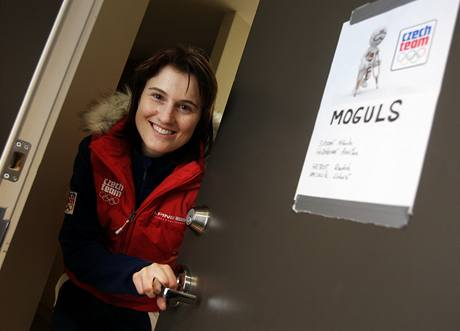 Nikola Sudová s cedulí na dveřích svého pokoje