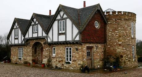 Dům - hrad v Salfords, v popředí je vidět dělo