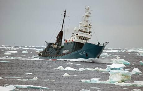 Japonská velrybářská loď Shonan Maru No. 2 v Rossově moři při pobřeží Antartktidy (2. února 2010)
