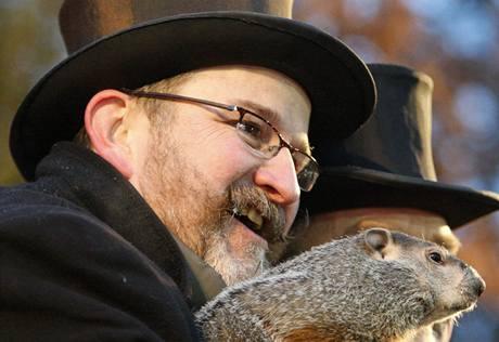 V pensylvánském městečku Punxsutawney na Hromnice tradičně předpověděl délku zimy svišť Phil (2. února 2010)