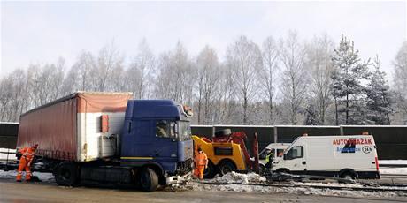 Kamion, který prorazil svodidla na 29. kilometru dálnice D1. (1.2.2010)