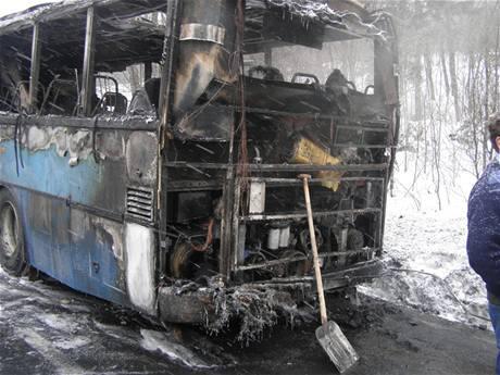 Požár autobusu u Harbušína na Šumpersku (9.2.2010)