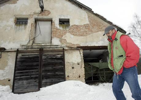 Jiří Dohnálek před kravínem Františka Hrabovského v Oznici.