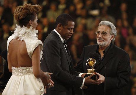 Plácido Domingo předal jednu z cen Grammy. Na pódiu potěšil rapera Jay-Z a Rihannu za jejich spolupráci na písni Run This Town