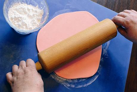 Výsledná hmota by měla mít konzistenci těsta na vanilkové rohlíčky. Lze ji snadno rozvalovat, umožňuje i modelování.