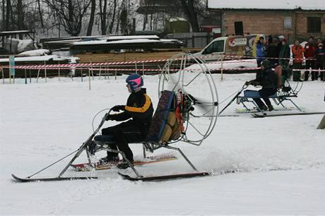 Sněholety si o víkendu zazávodily na zasněžené stráni za Jezernicí na Přerovsku.