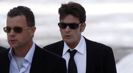 http://i.idnes.cz/10/021/gal/NH3107da_Charlie_Sheen_Arrested_CODZ101.jpg