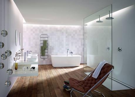 Typická moderní koupelna: vana a velký sprchový kout s plochou vaničkou