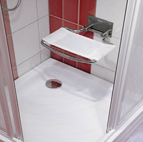 Zejména starší uživatelé ocení u sprchové vaničky sklopné sedátko