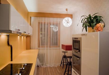 Kuchyně s bílými skříňkami dostala netradiční barvu pracovní desky