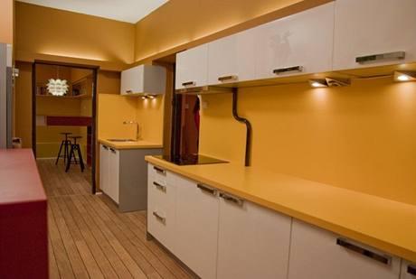 Pracovní deska, prostor za ní a část stěny v kuchyni jsou ve stejné barvě