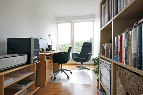 V pracovně si lze skvěle odpočinout při výhledu do zeleně