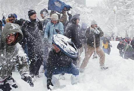 Obyvatelé Washingtonu se domluvili a na náměstí Dupont Circle uspořádali koulovačku (6. února 2010)