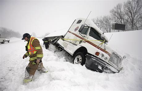 Sněhová nadílka způsobila problémy především motoristům (6. února 2010)
