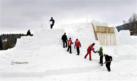 V Harrachově vyrůstá největší sněhový hrad v Česku