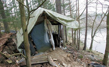 Pracovníci Povodí Vltava odstraňují nepovolené chatky a přístřešky na břehu Orlické přehrady