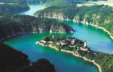 Z výšky vypadá Orlická přehrada lákavě, špinavá voda však turisty odrazuje.