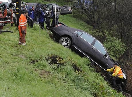 Policie vyprošťuje nabouraný automobil herce Charlieho Sheena