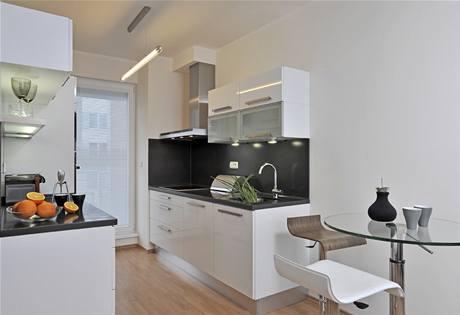Jednoduché černo-bílé kuchyni evergreeny sluší. Důkazem je originální citrusovač od Philippa Starcka