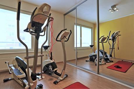 Skromné domácí fitness je doplněno skladným posilovacím náčiním