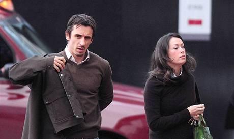 Obránce Manchesteru United Gary Neville s manželkou Emmou Hadfieldovou